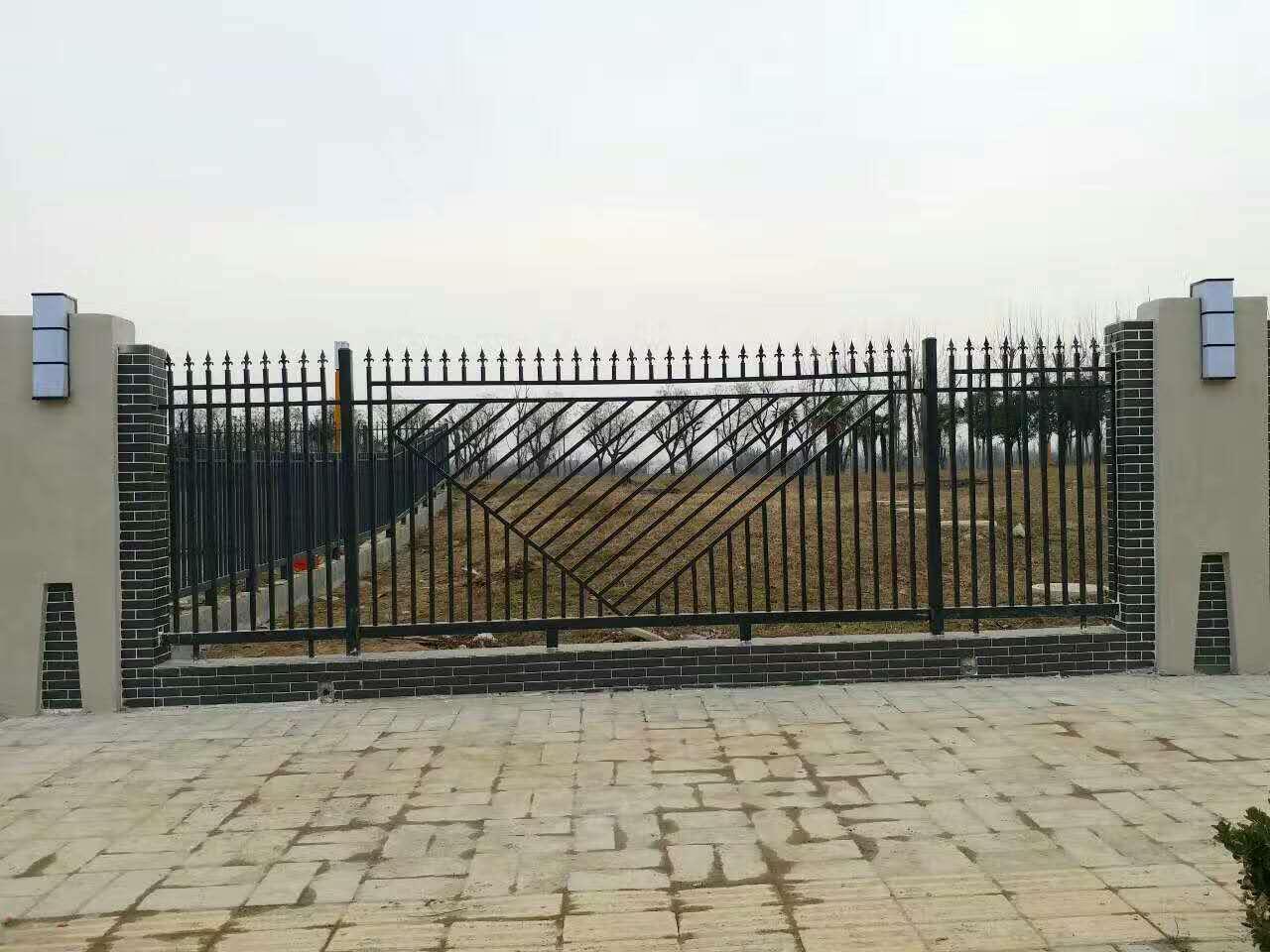 铁艺护栏是一座座房子,一排排别墅的防护围墙.